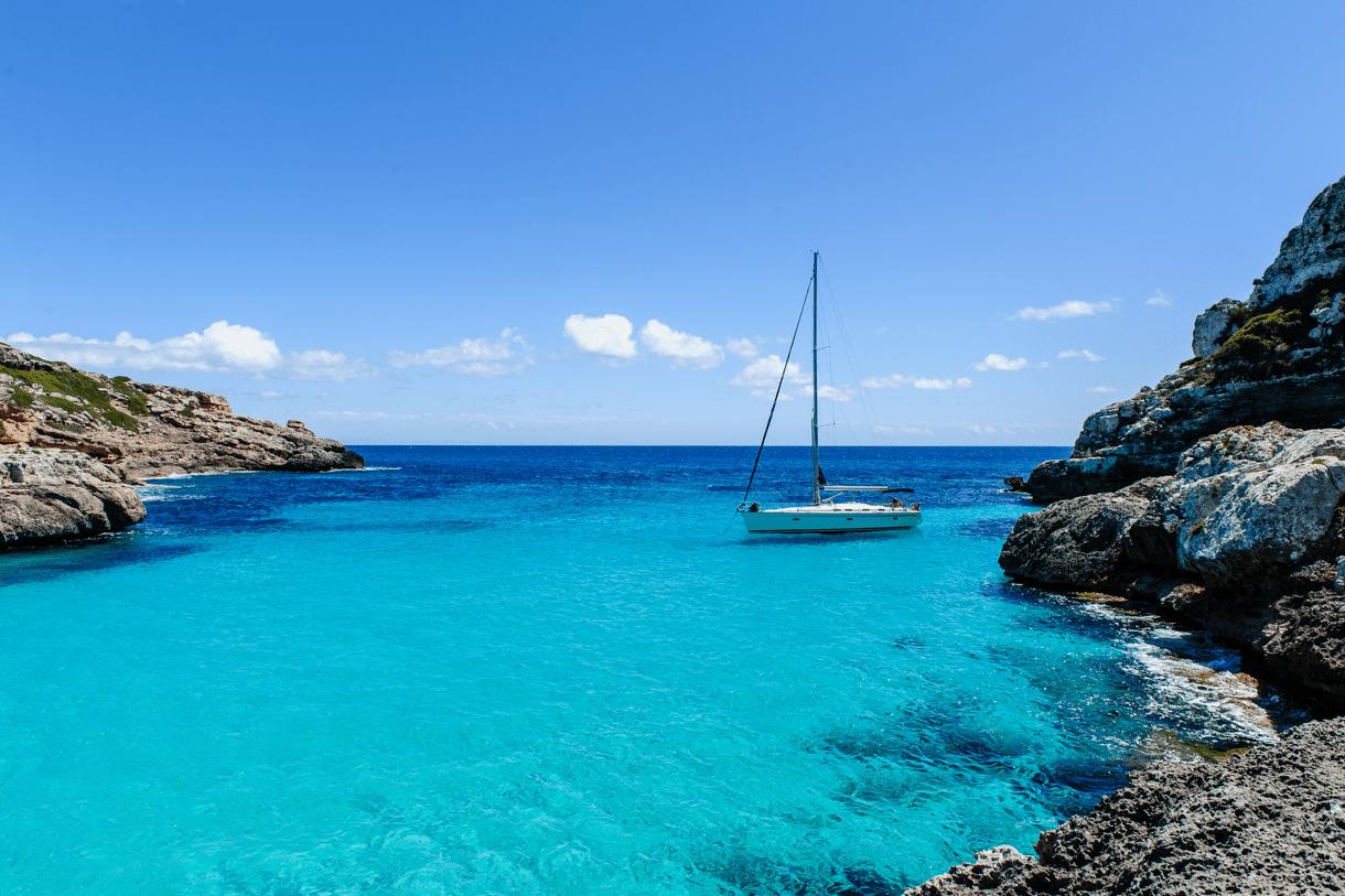 Segla runt Ibiza och Formentera med denna utsikt!